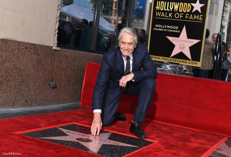Dwayne Johnson, Ryan Reynolds, Donald Trump, Adam Sandler és még megannyi ismert személy után végre Michael Douglas is kapott egy csillagot a Hollywoodi hírességek sétányán.