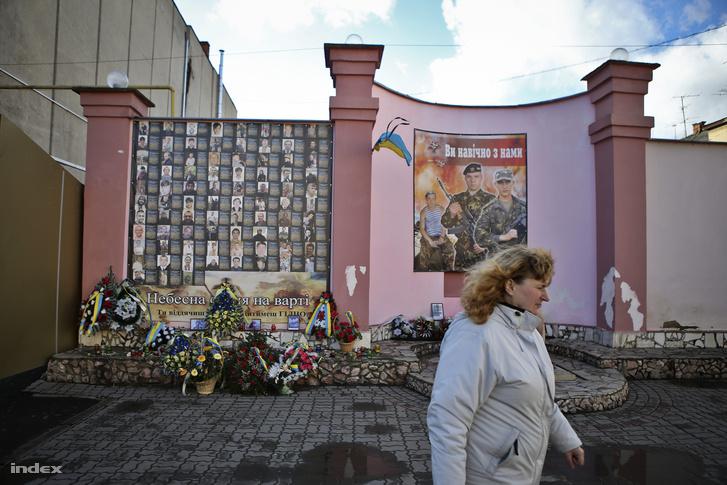 Majdani áldozatok emlékhelye Beregszász főterén 2015-ben
