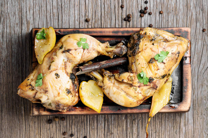 Szaftos, fűszeres csirke vele sült körtével: ettől lesz igazán finom a hús