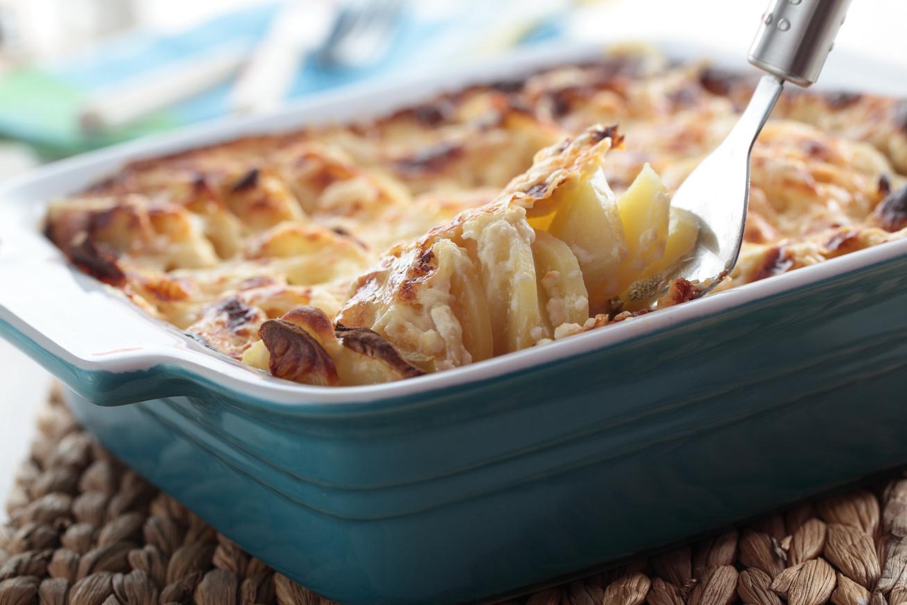 Karalábés, krumplis gratin tejföllel és dupla adag sajttal, lassú tűzön sütve