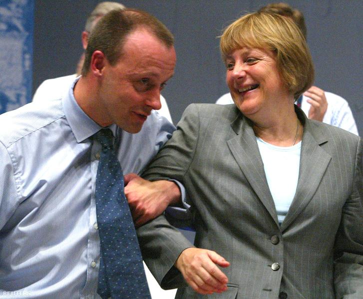 Friedrich Merz és Angela Merkel viccelődnek 2002. június 18-án, Frankfurtban a CDU párt kongresszusán