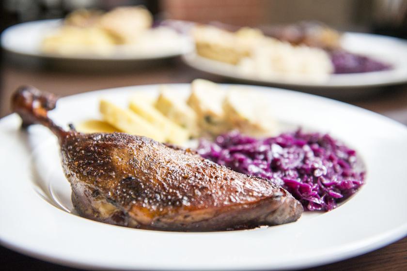 Tökéletes sült libacomb párolt káposztával: omlós, ropogós és jó szaftos