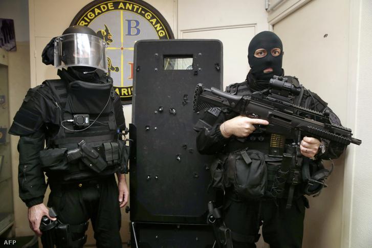 Francia kommandósok pózolnak 2015. november 17-én, a golyók által lyuggatott pajzzsal, amit a Bataclan támadás során használtak