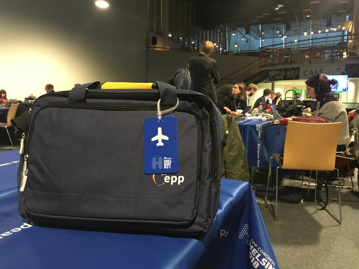 Ajándék táska az Európai Néppárt 2018-as kongresszusán, a kongresszusi helyszín sajtótermében.