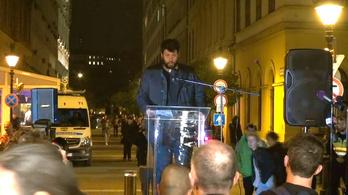 Puzsér Róbert is felszólalt a CEU melletti tüntetésen