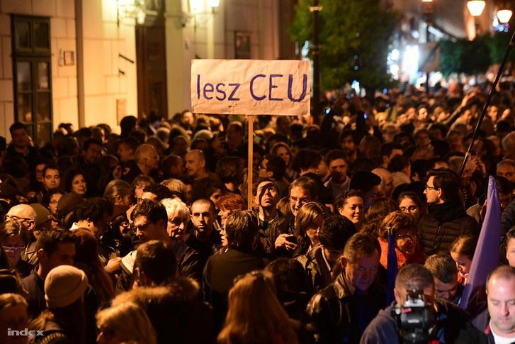 Tüntetés a CEU mellett 2018. október 26-án.