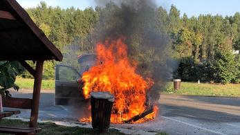 Három poroltó kevés volt, az S-Max leégett