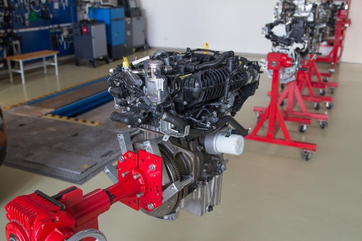 Egyliteres Ford Ecoboost motor a cég tanműhelyében