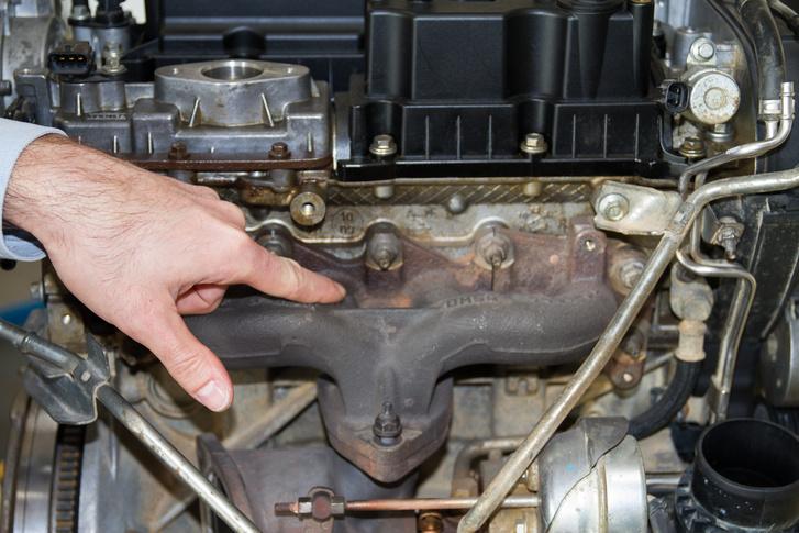 A Ford munkatársa éppen arra a részre mutat, ahol összegyűlhet a motorolaj a sérült hengerfejből, majd az 1,6-os Ecoboost lángra lobbantja a környezetét