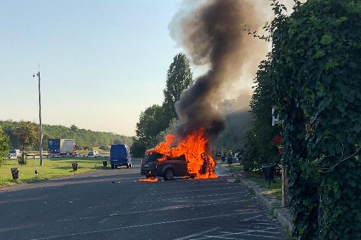 Az M3-as autópályán, Hort közelében égett ki olvasónk S-Maxa