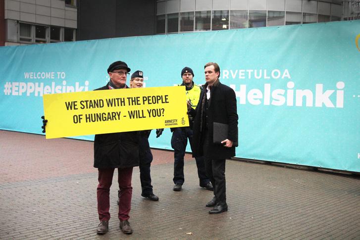 Frank Johansson, az Amnesty International Finnország igazgatója tüntet az Európai Néppárt helsinki kongresszusa előtt.