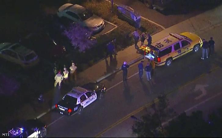 Rendőrautók a dél-kaliforniai Thousand Oaks városban, ahol lövöldözés történt a Borderline Bar & Grill nevű szórakozóhelyen 2018. november 8-án. A rendőrség egyelőre egy elkövetőről tud, a lövöldözésnek számos sérültje van.