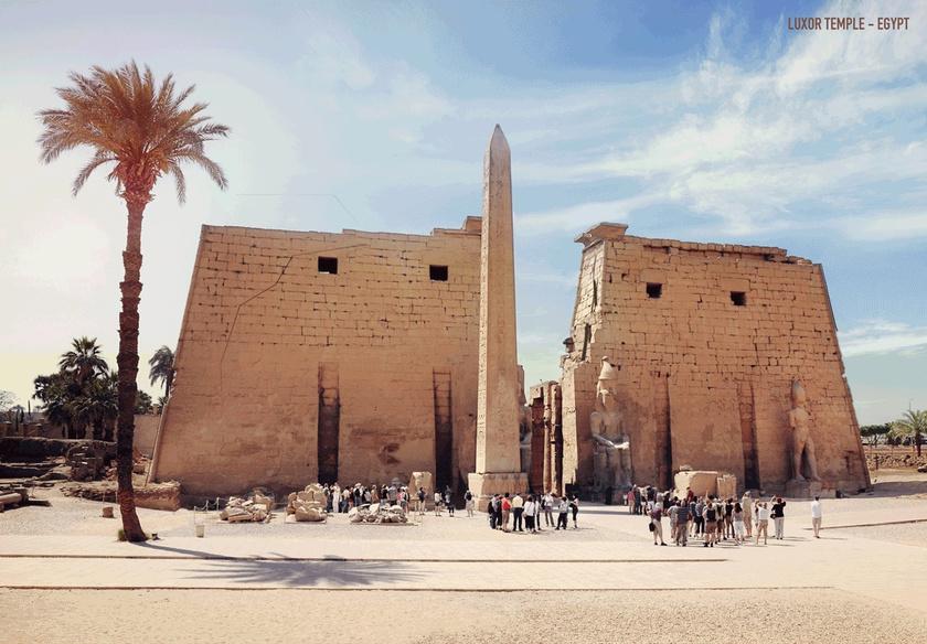 Az egyiptomi Luxor temploma a három thébai isten, Ámon, Mut és Honszu tiszteletére épült templomegyüttes. Gyönyörű lett, ahogy ezekből a romokból újraalkották.