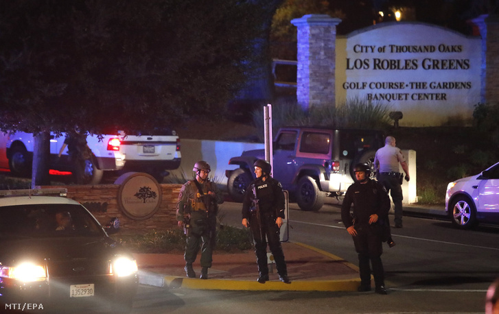 Rendőrök a dél-kaliforniai Thousand Oaks városban lévő Borderline Bar & Grill nevű szórakozóhely közelében, ahol lövöldözés történt 2018. november 8-án.