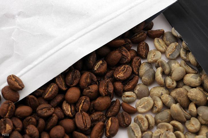 Pörkölt és nyers kávészemek