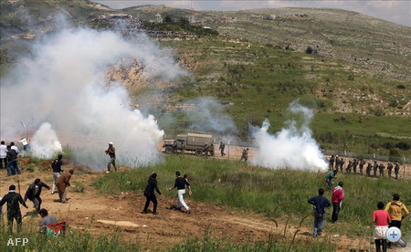 Izraeli katonák könnygázgránátot lőnek ki arab tüntetőkre a szíriai-izraeli határon