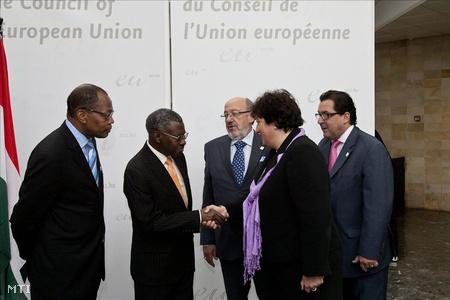 Gurmai Zita szocialista EP-képviselő (b4), David Matongo (b2) és Louis Michel (b3), a közgyűlés társelnökei, valamint Mohamed Ibn Chambas (b) Luis Marco (j), a közgyűlés társfőtitkárai  az EP és az afrikai, karibi és csendes-óceáni országok 21. közgyűlésének megnyitóján
