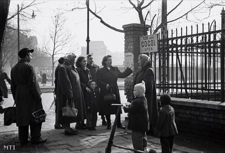 1952. Érdeklődők a XIII. kerületi Gogol utca névadó ünnepségén. A Budapesti Városi Tanács a nagy orosz író halálának 100. évfordulója alkalmából döntött a Zápolya utca átnevezéséről (Fotó: Kovács Lajos)