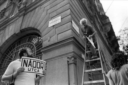 1989. Krassó György  (Magyar Október Párt) politikus, újságíró a budapesti Münnich Ferenc utcai demonstráción, amelyen az utcatáblákat letakarták és Nádor utca feliratokat helyeztek el. (Fotó: Krista Gábor)