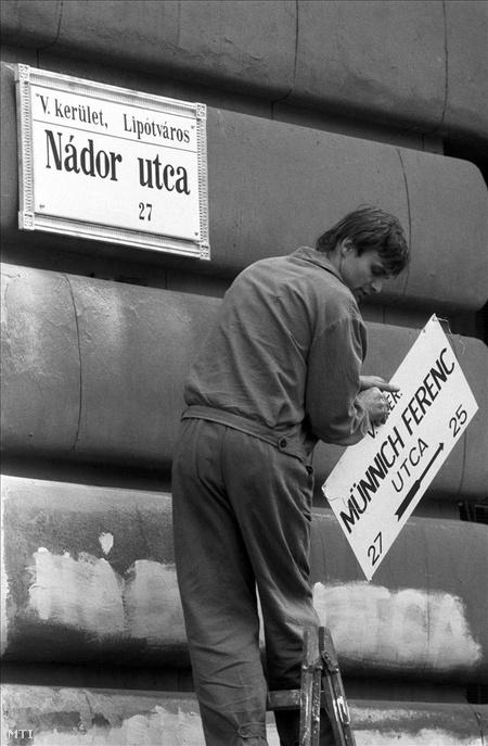1990. A Fővárosi Tanács döntése alapján az V. kerületi Münnich Ferenc utcát április 1-től újra Nádor utcának nevezik. (Fotó: Bartos Gyula)