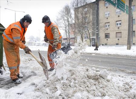 Munkások takarítják a havat Orosházán (fotó: Rosta Tibor)