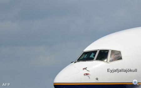Eyjafjallajökull - A tavaly márciusban kitört izlandi vulkánról elnevezett repülő parkol a stockholmi reptéren mert a Grimsvötn vulkán kitörése miatt nem repülhet haza
