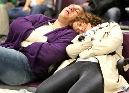 Utasok alszanak az edinburghi reptér termináljában