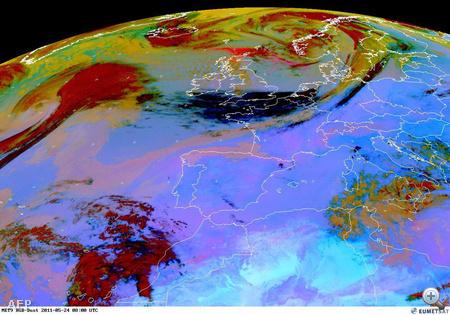Az Eumetsat meteorológiai műhold képén látható az Európa feletti hamufelő