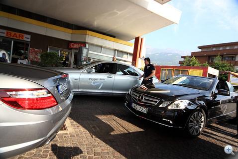 Kisebb közlekedési káosz alakult ki, amikor beszuszakoltunk 11 Mercedest egy faluszéli benzinkútra.