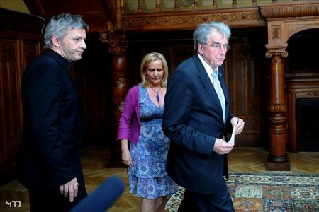 Réthelyi Miklós nemzetierőforrás-miniszter (j) fogadja Alföldi Róbertet, a Nemzeti Színház vezérigazgatóját a minisztérium épületében