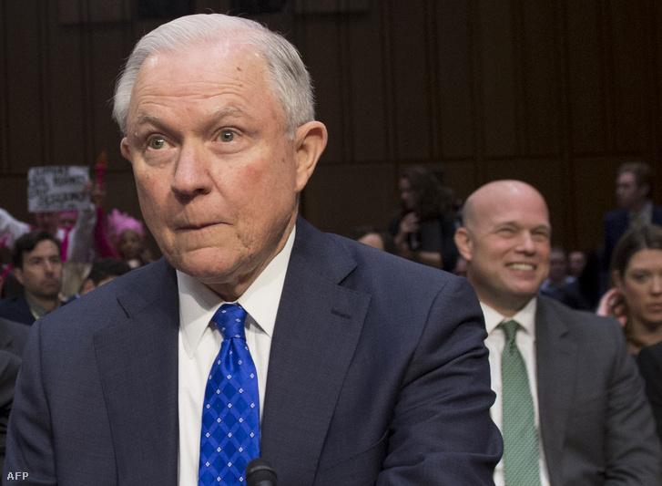 Jeff Sessions egy szenátusi meghallgatáson, háttérben Matthew Whitaker