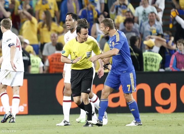 Az ukrán Andrij SEVCSENKO (j) vitatkozik VAD II István magyar gólbíróval (j2) a 2012-es lengyel-ukrán közös rendezésű labdarúgó Európa-bajnokság D csoportjának harmadik fordulójában játszott Ukrajna-Anglia mérkőzésen a donyecki Donbasz Arénában 2012. június 19-én azt követõen hogy a 62. percben az ukrán Marko Devics lövése áthaladt a gólvonalon mielőtt a visszafutó angol Terry kirúgta a kapuból ám Vad nem jelezte ezt így Kassai Viktor magyar játékvezetõ továbbengedte a mérkõzést.