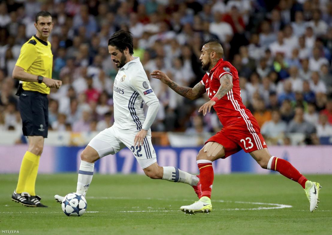 Francisco 'Isco' Alarcon, a Real Madrid (b2) és Arturo Vidal, a Bayern München játékosa (j) a labdarúgó Bajnokok Ligája negyeddöntőjének visszavágó mérkőzésén a madridi Santiago Bernabeu stadionban 2017. április 18-án. Balról Kassai Viktor játékvezető.