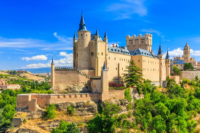Az Alcázar de Segovia Segiovia szívében, egy sziklás dombon áll, és Spanyolország egyik legizgalmasabb palotája