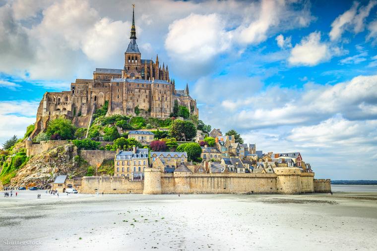 Kétségtelen, hogy a világ egyik legszebb épülete a francia Couesnon folyó torkolatában található Mont-Saint-Michel szigetének katedrálisa, mindössze 1 kilométerre az ország normandiai partjaitól