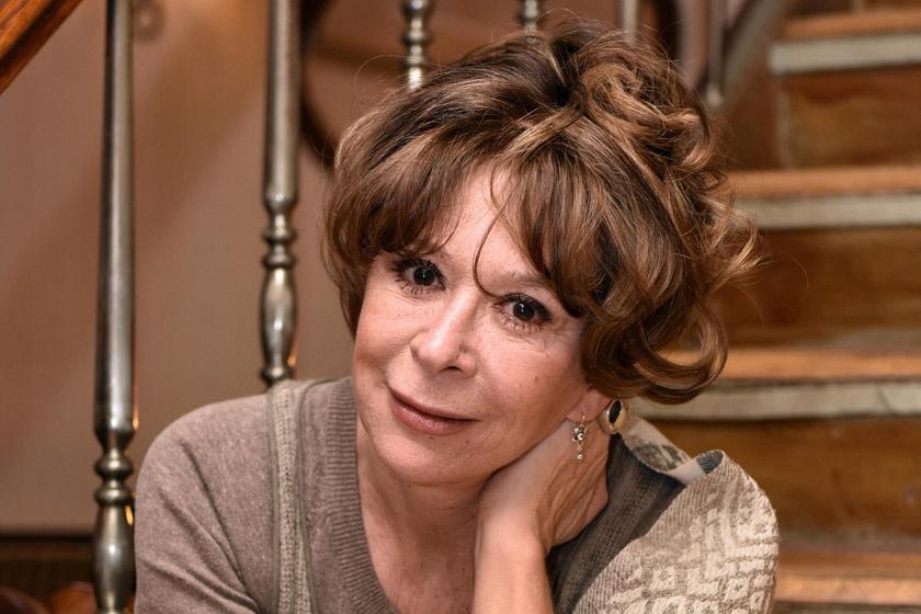 Sztárek Andreát két éven át láthatták a nézők Dr. Mórocz Emília börtönpszichológus szerepében. A színésznő 2018-ban, év elején keserűen távozott, mivel kiírták a sorozatból, arra hivatkozva, hogy a cselekmény idén új karaktereket igényel.