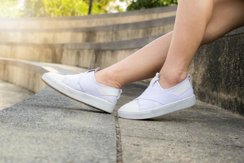 Ha nem épp rózsaillatú a cipő, a fagyasztó segíthet, mert a hideg megöli a szagért felelős gombák javát. Ha ez nem elég, szódabikarbónát is lehet tenni bele, és hagyd bent egy-két napig. Ha lehet, olyan rekeszt válassz, amit amúgy nem használsz.
