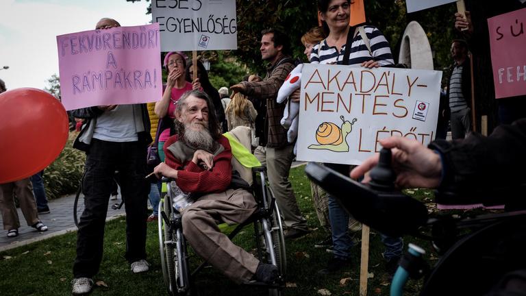 Alkotmánybíróság: Jogellenesen vették el Orbánék a rokkantnyugdíjakat