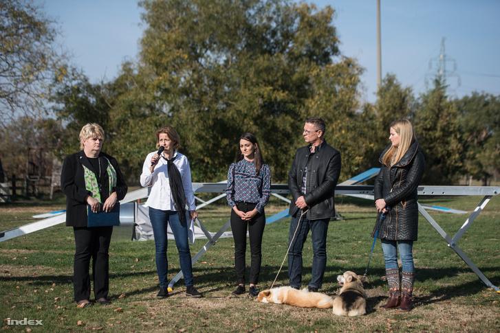 Dr. Fodor Kinga (balról a második) beszél Csemer Boglárka által szervezett kutyatartás fórumon 2018. november 8-án
