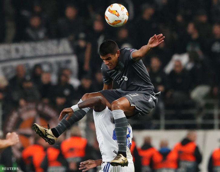 Vidi játékos Sztopira és a PAOK játékosa Leo Matos küzdelme a labdáért