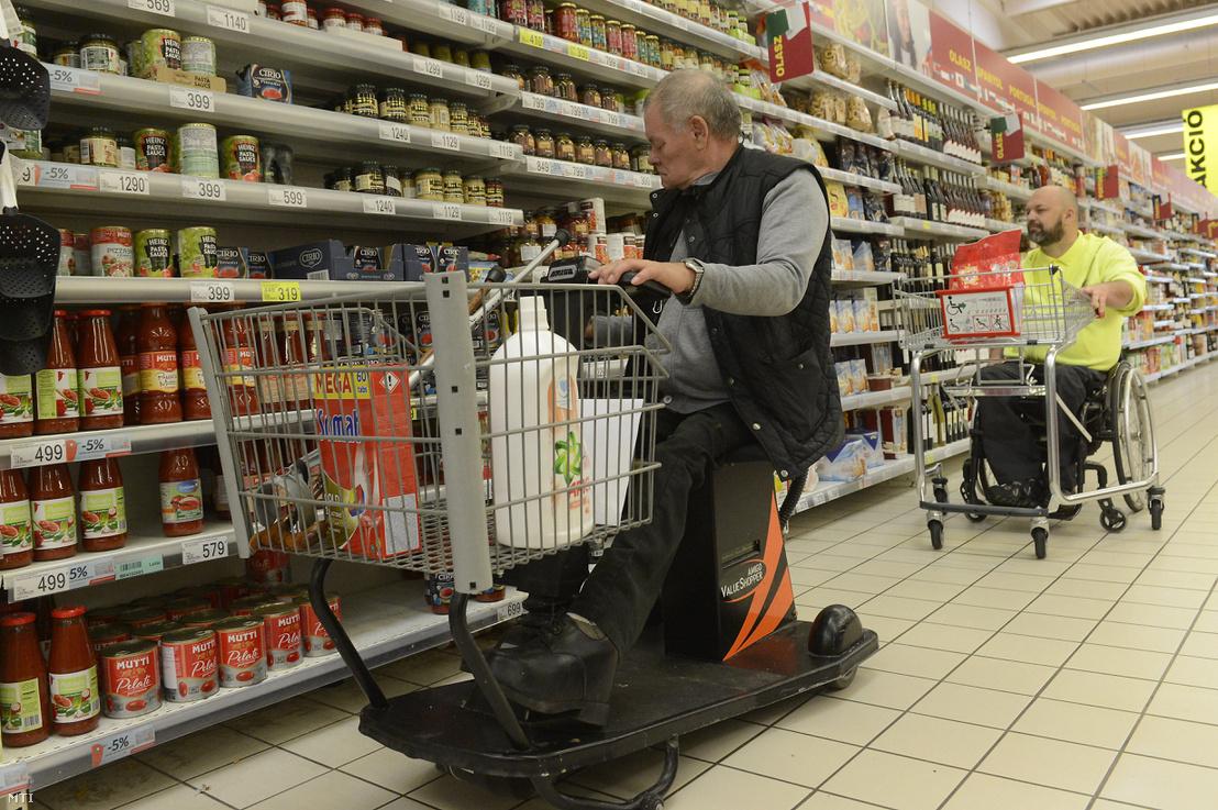 Elektromos bevásárlómoped és speciális bevásárlókocsi segítségével vásárolnak be mozgássérültek 2017. május 5-én, Budaörsön