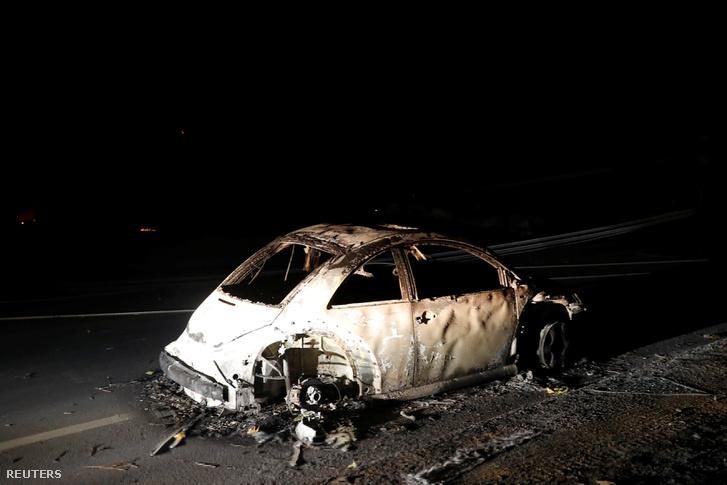 Kiégett autó a Paradise városhoz közel, 2018. november 9-én, Kaliforniában