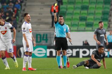 Anel Hadzic a Vidi FC játékosa kap sárga lapot