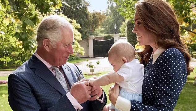 Nagyon édes pillanat ez a nagypapa és unokája között.