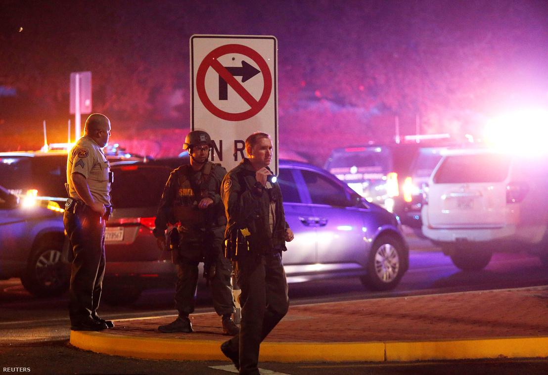 Rendőrök a lövöldözés éjszakáján a helyszínen.