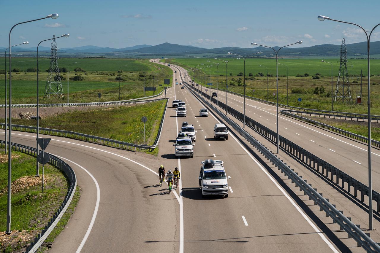 A hivatalosan 9283 kilométeres versenyt 14-15 szakaszra osztják, a legrövidebb etap szolid 260, a leghosszabb 1372 kilométer, utóbbihoz legalább másfél napra van szükség. A folyamatos úton levés adja a nehézséget, hiába vannak elvileg elkülönített szakaszok, a pihenésre, regenerációra nincs sok idő. Ahogy haladnak előre, egyre jobban elhasználódottak lesznek a kerékpárosok. Mivel szintidők is vannak, ezért nem lehet túl kényelmes tempót sem választani.