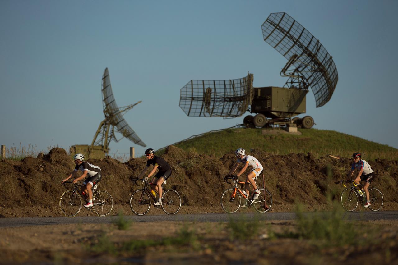 Azért az ultrázás újra erőre kapott a kerékpárban, például 1982 óta megrendezik az Egyesült Államokat átszelőt Race Across Americát is, de 4800 kilométerével csak kistestvére lehet a Transzszibériai Extrémnek, amit bátran lehet a legkeményebb és leghosszabb kerékpárversenynek nevezni.  Az útvonattervezéssel nem sokat szórakoznak, nagyjából a Transzszibériai Expressz nyomvonalát követi, a rajt után elég sokat kell tekerni autópályán is.