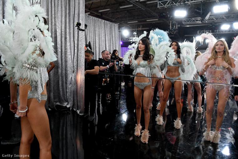 Szóval ilyen a hangulat a Victoria's Secret Fashion Show kulisszái mögött, ezen a ponton pedig el is engedjük a teljes díszbe öltözött modelleket (balra Bella Hadidot) a kifutóra.viszlát!