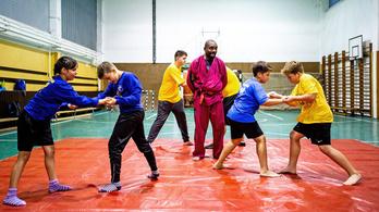 Kongói kick-box mester békíti a romákat és a nem romákat Tiszavasváriban