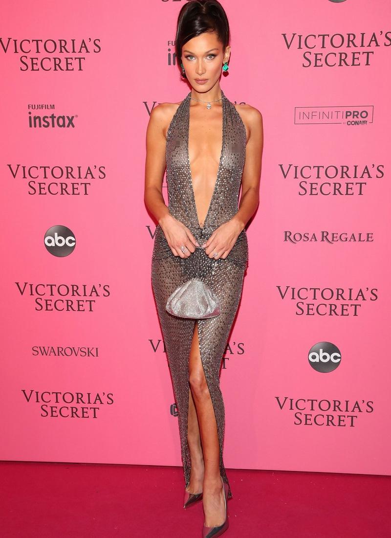 Bella Hadid ruhája alig takart valamit a kíváncsi szemek elől.